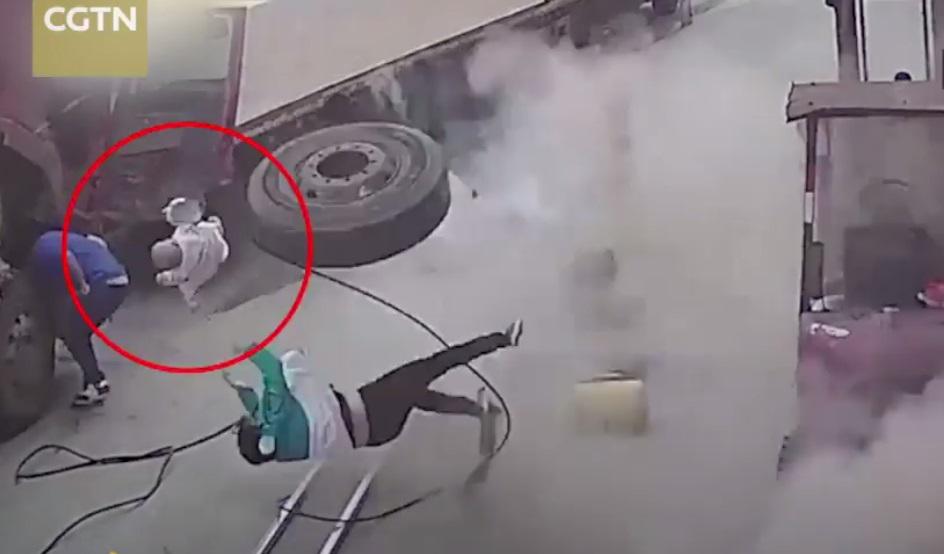ยางรถบรรทุกระเบิดใส่