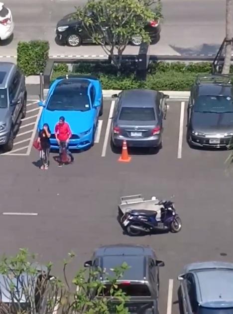 หนุ่มสาว ลากรถพ่วงคนพิการ เข้าไปจอดแทน